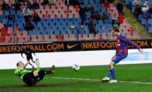 Kapetanos inscrie primul gol.