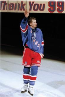 Wayne Gretzky salutand fanii lui Rangers.